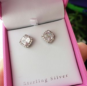Accessories - 👸🏼Sterling silver earrings with pink ring box